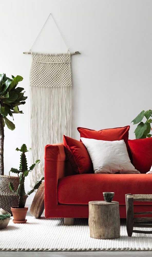 Um sofá vermelho para chamar de seu! Repare como o estofado rouba toda a atenção no ambiente