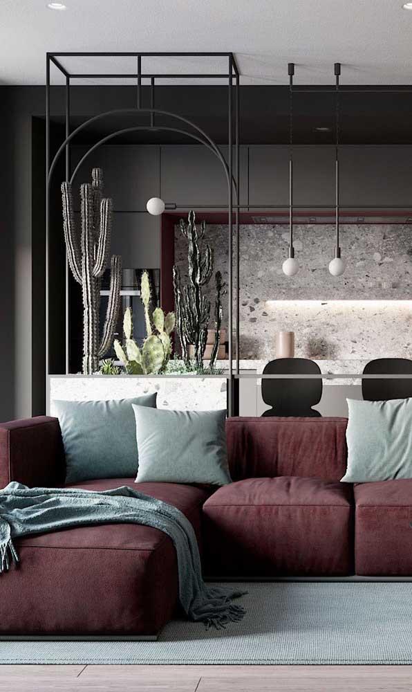 Ambiente moderno e sóbrio com sofá vermelho, é possível? Claro que é, dá só uma olhada!
