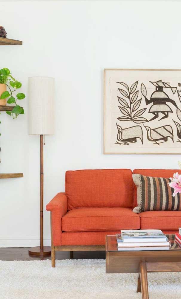 Sofá vermelho alaranjado para trazer aquele climinha aconchegante para sala de estar
