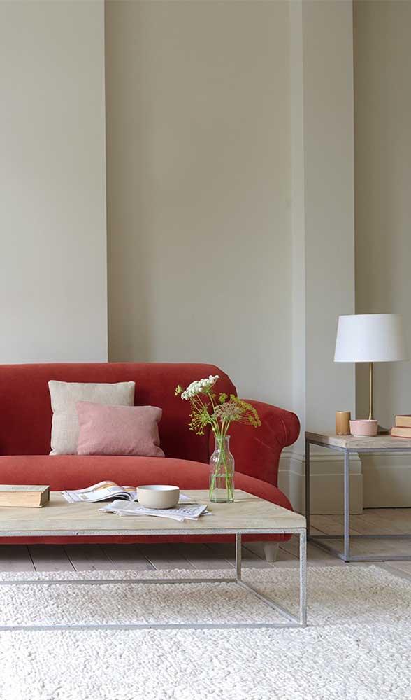 E para quem não quer errar na mão, a opção é uma decoração de base neutra para receber o sofá vermelho