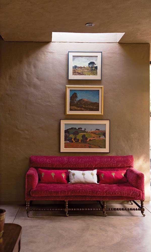 Não é só a cor vermelha que dá vida ao sofá, o estilo e design do móvel também contam pontos