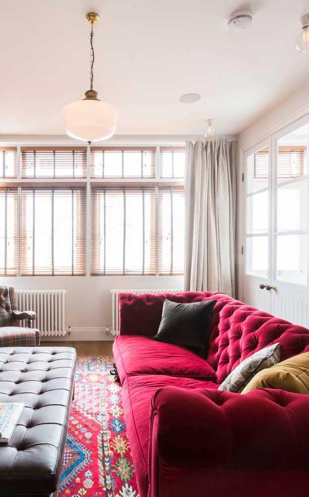 Que tal agora um sofá chesterfield vermelho e de veludo? Não tem como não arrasar na decor com ele!