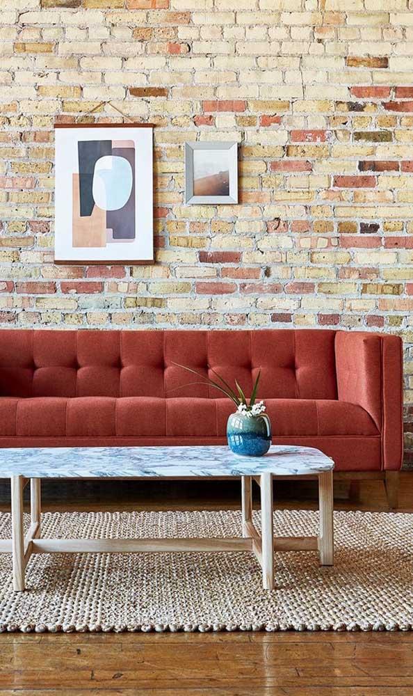 Sofá vermelho terroso para a sala de estar em estilo rústico; composição perfeita