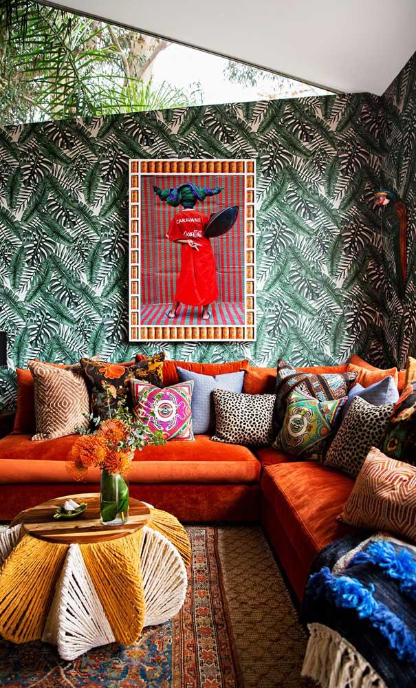 Despojamento e alegria também são a cara de um sofá vermelho