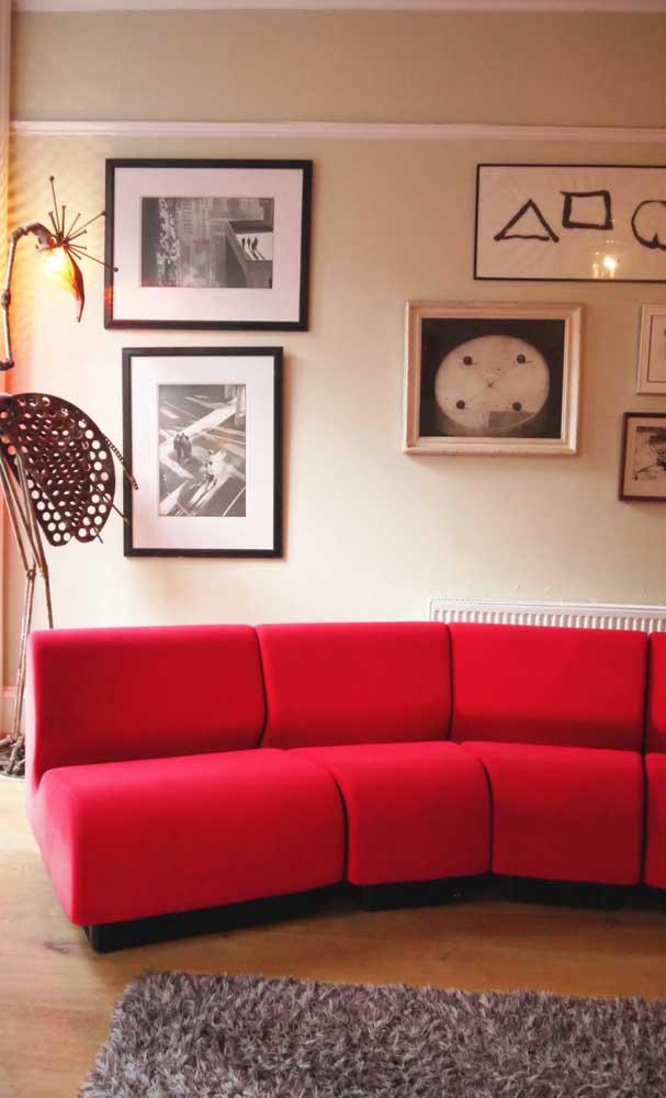 Sofá vermelho de canto: para impressionar as visitas