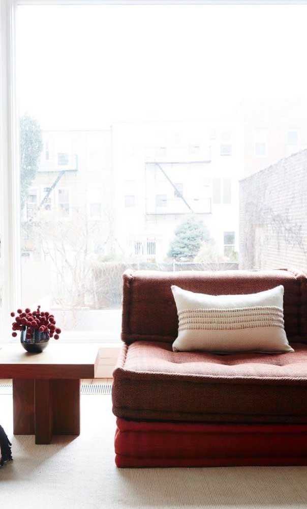 Sofá vermelho estilo futton para aliar conforto e beleza na sala de estar