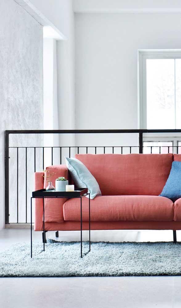 Mas o branco não deixa de ser um ótimo acompanhante para o sofá vermelho, especialmente quando a intenção é valorizar o móvel