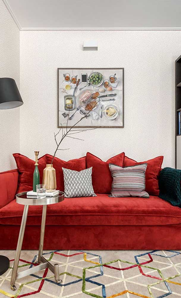 Sala pequena com sofá vermelho? Claro que pode!