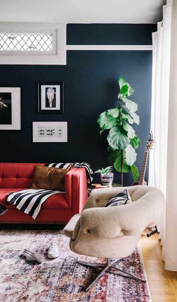Como não se apaixonar por uma sala com sofá vermelho como essa?