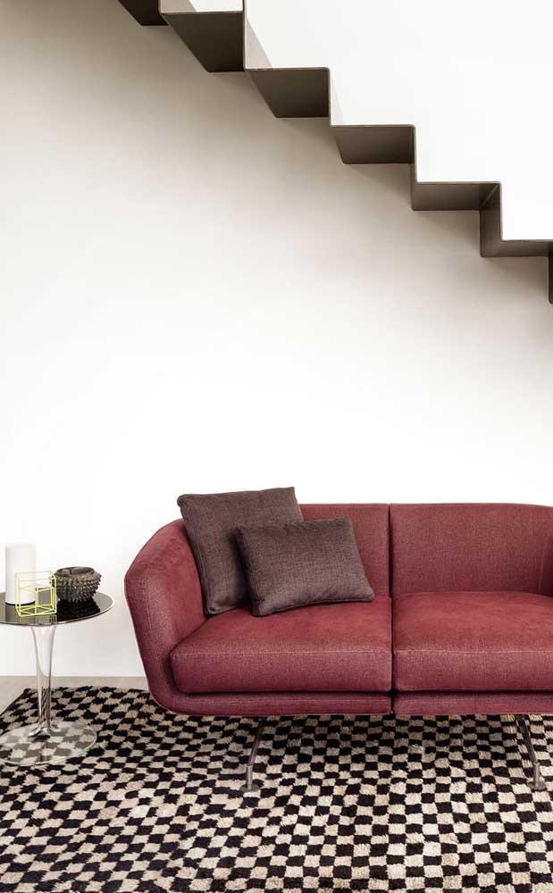 A clássica dupla preto e branco é a companhia perfeita para esse sofá vermelho moderno
