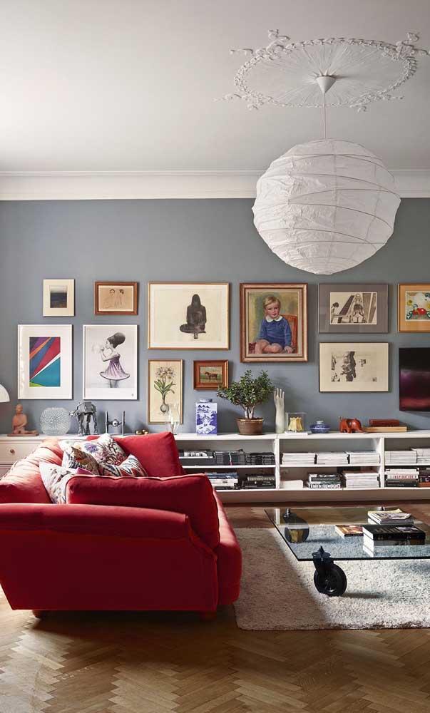 Sala de estar contemporânea com sofá vermelho de três lugares