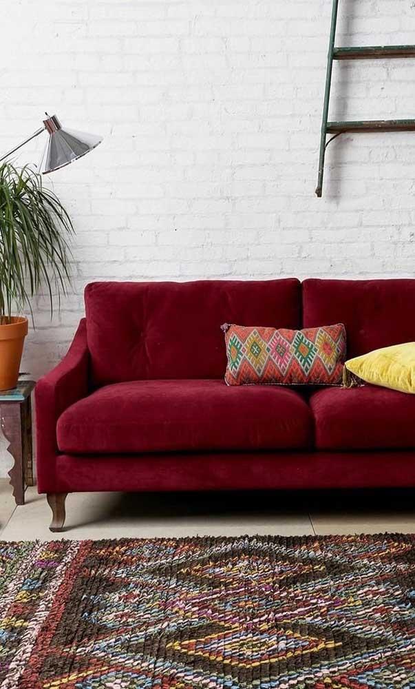 E que tal uma parede de tijolinhos brancos para acomodar o sofá vermelho de veludo? Um lindo contraste