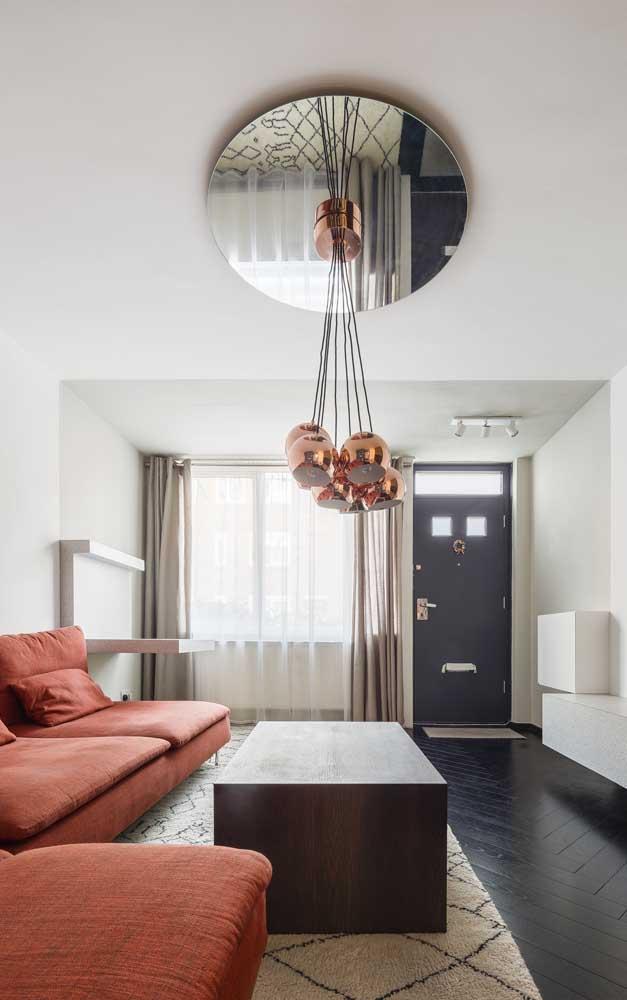 Luminária e sofá vermelho: um par perfeito nessa sala