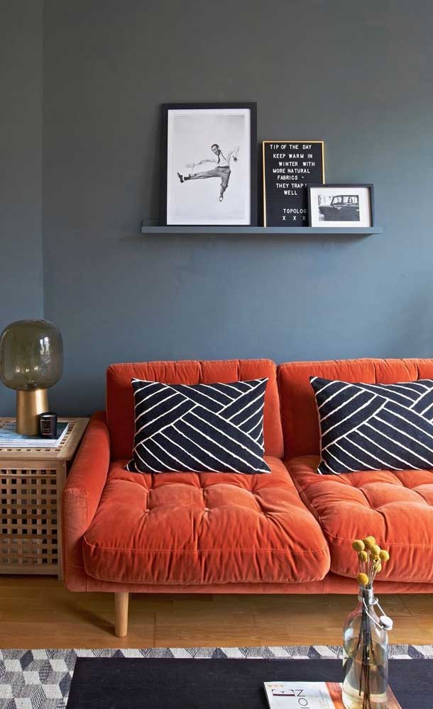 Uma inspiração esse sofá vermelho com elementos pretos e que apesar de ser uma decor marcante, não cai na ousadia