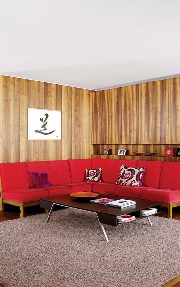 Sofá vermelho de canto e madeira: uma dupla para arrasar no conforto e na estética