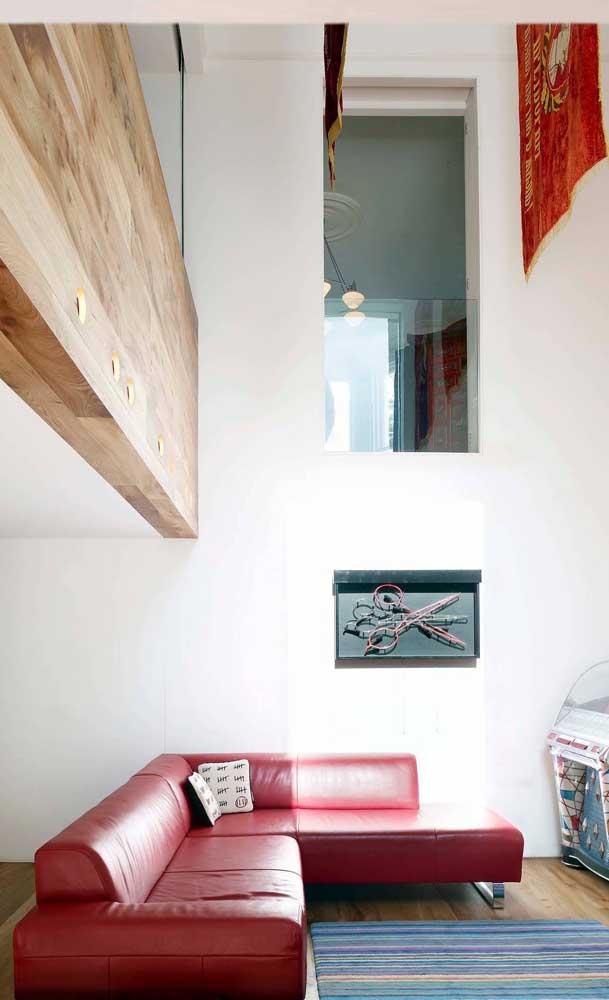 Sofá vermelho de canto em couro e numa versão bem moderninha