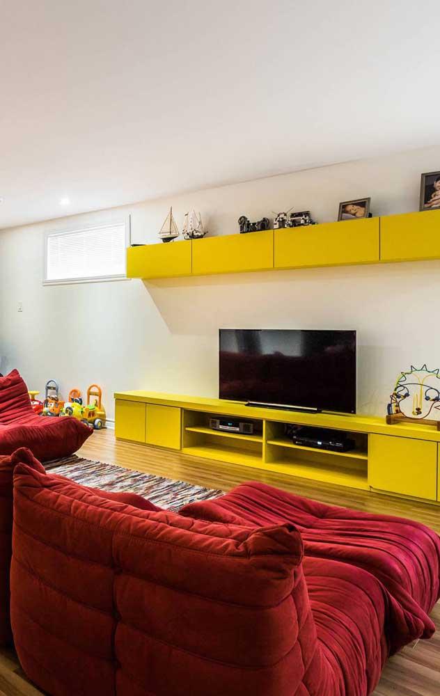 Dá para ser mais confortável do que esse sofá vermelho em estilo futton?