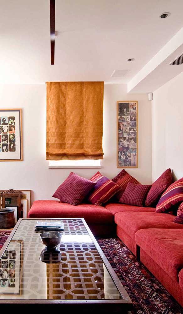 Que tal combinar tapete vermelho com sofá vermelho? A diferença entre os tons é o segredo dessa composição