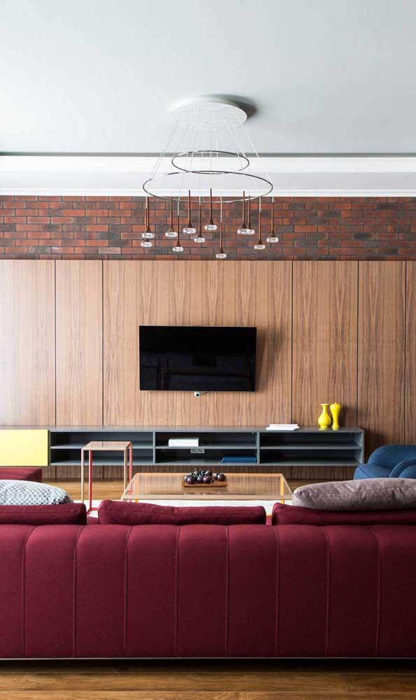 Aqui, o conforto para assistir TV está garantido com o sofá vermelho