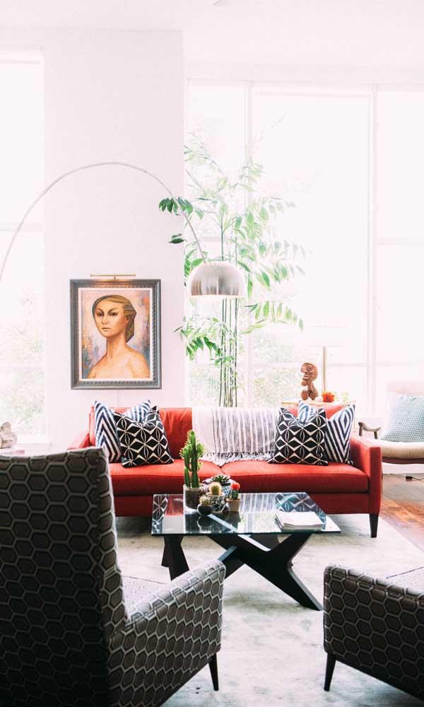 Sofá vermelho na sala de estar contemporânea: estilo sem perder a sobriedade