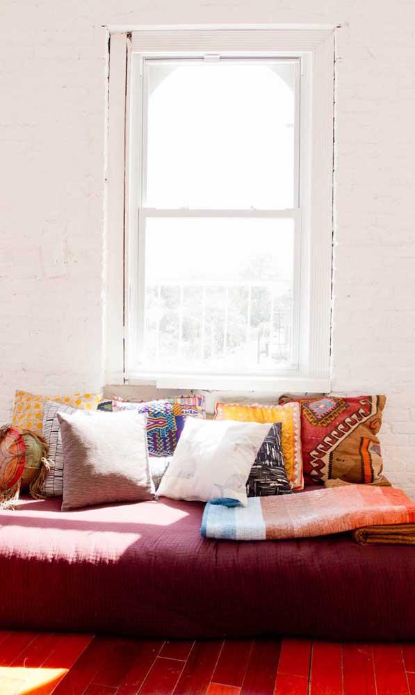 Por aqui, o sofá vermelho é pura descontração