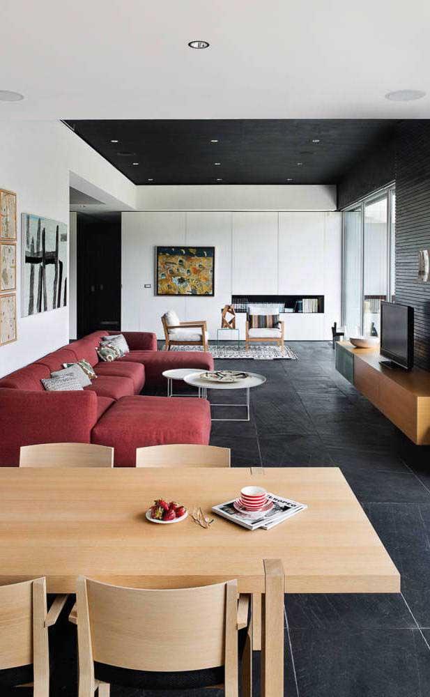 Até os ambientes minimalistas se dão bem com o sofá vermelho