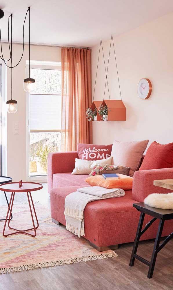 Para essa sala de estar cheia de ternura, a opção foi por um sofá vermelho quase rosa