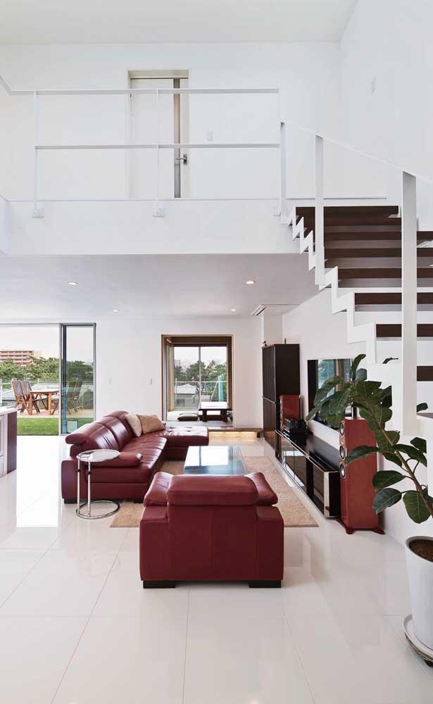 Pura sofisticação o sofá vermelho de couro dessa sala