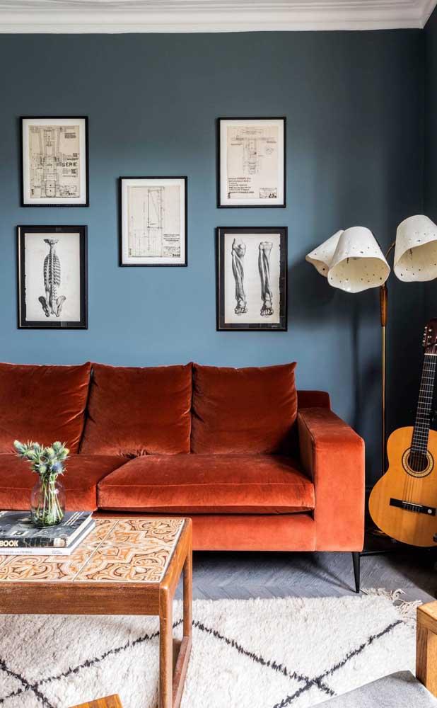 O sofá vermelho de veludo completou a proposta moderna e despojada dessa sala de estar