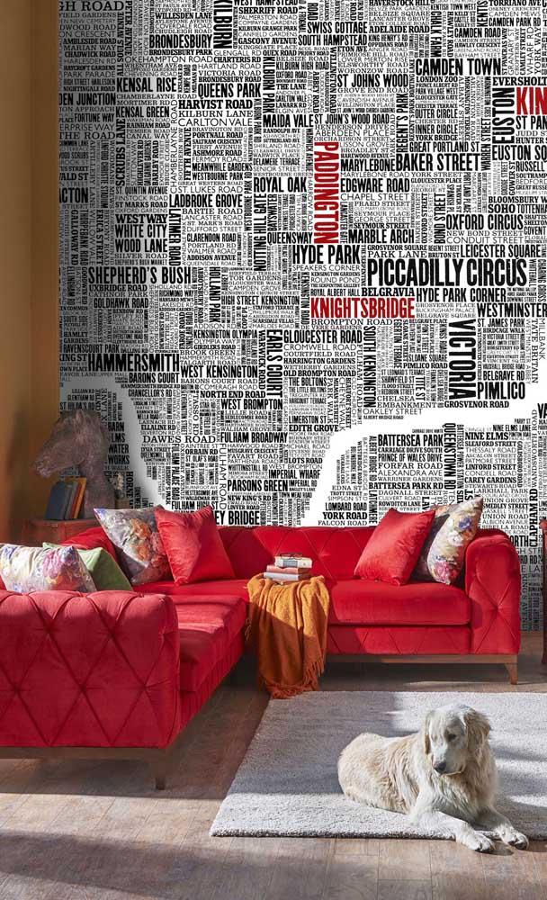 E quando a intenção é valorizar o sofá, nada melhor que uma cor vermelha para colocá-lo no centro das atenções