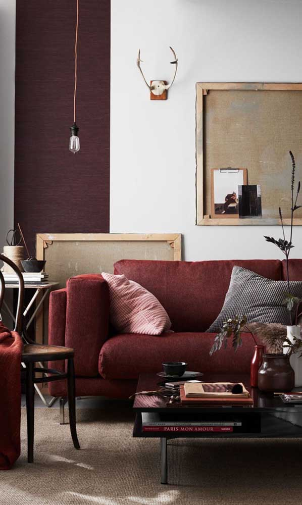 Para quem deseja algo mais sóbrio pode apostar em um sofá vermelho de tom mais fechado