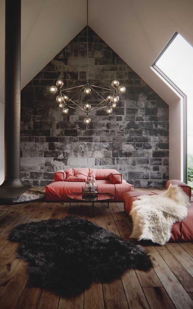 Chegando quase num tom de rosa, esse sofá vermelho traz quentura e acolhimento para sala de estar ampla