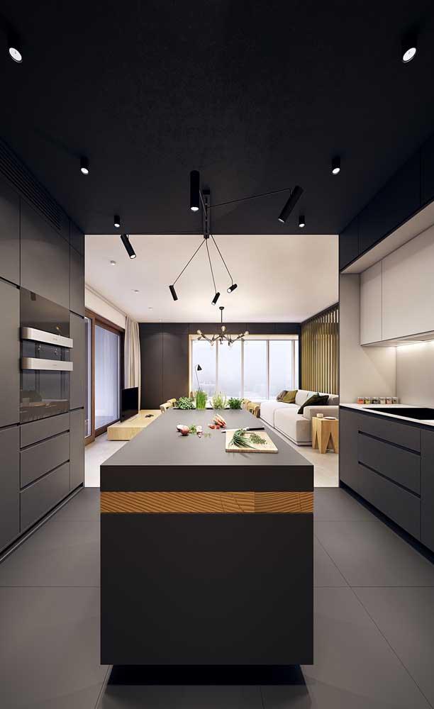 O destaque dessa cozinha americana é o teto pintado de preto