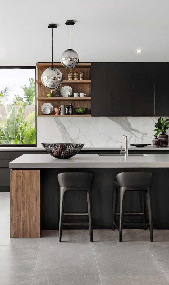 O mármore usado como revestimento trouxe requinte e elegância para a cozinha planejada americana