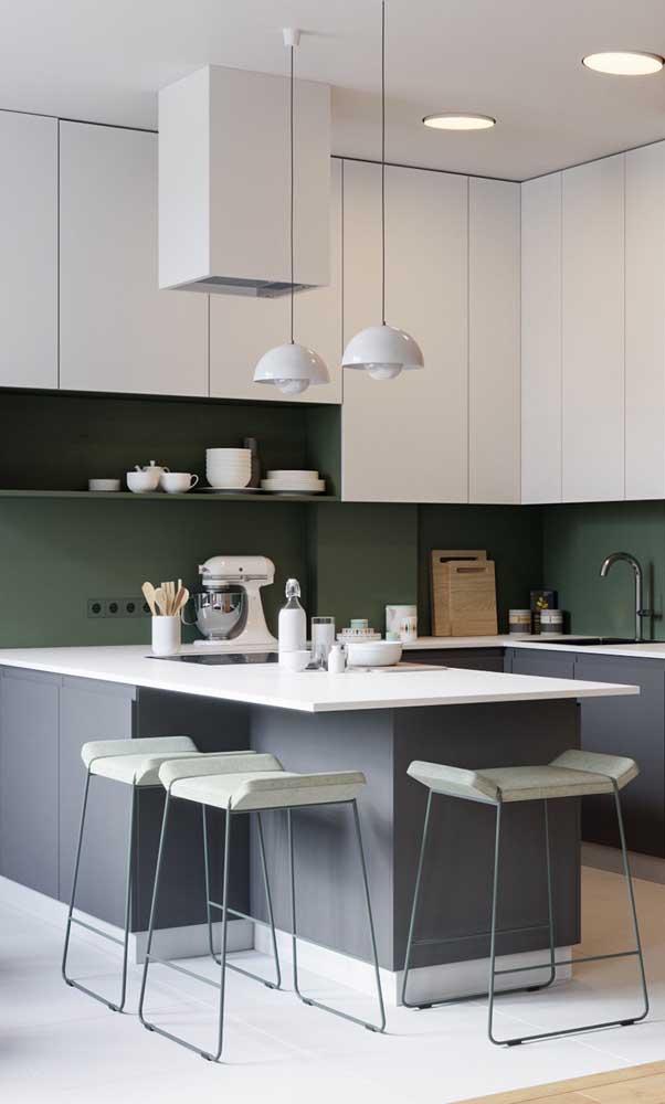 Peças de design arrematam a decor da cozinha americana, como é o caso dessas banquetas