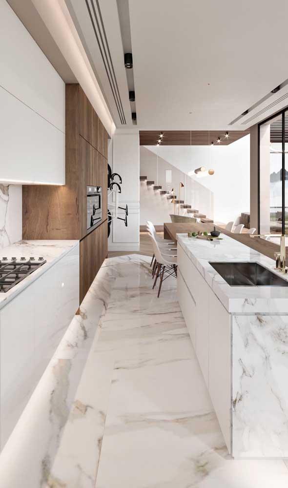 O formato retangular dessa cozinha recebeu muito bem a mesa acoplada à ilha