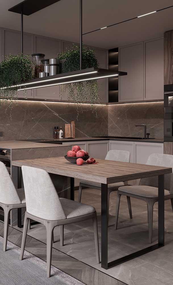 Aqui, a ideia é a mesma, só muda o formato da cozinha, que passa do retangular para o quadrado