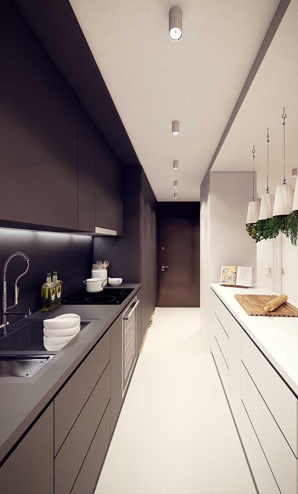 Cozinha americana planejada em formato corredor