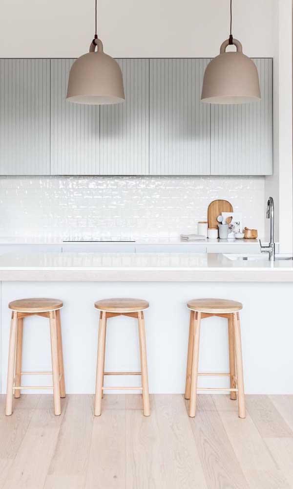 As luminárias pendentes garantem um charme extra a cozinha americana planejada