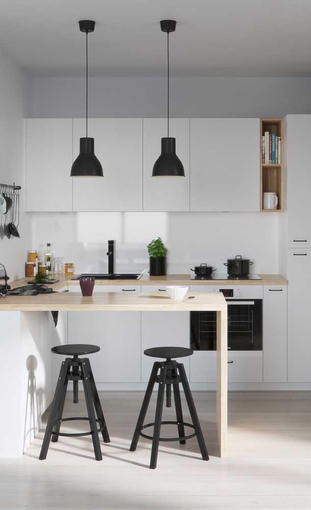 Em cozinhas americanas pequenas, o mais legal e adequado é usar os próprios utensílios para compor a decoração