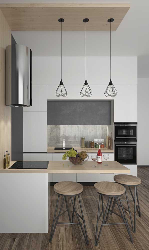 Cozinha americana planejada: repare que os elementos seguem o mesmo padrão de materiais e cores