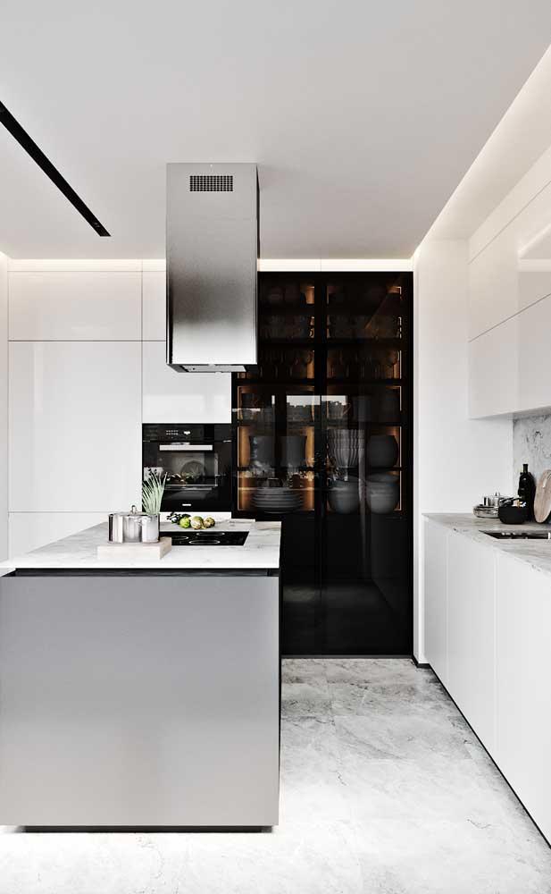 Versão moderna de um armário com porta de vidro para a cozinha americana