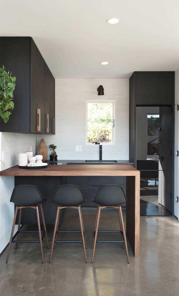 Linda composição entre o preto e a madeira nessa cozinha americana pequena