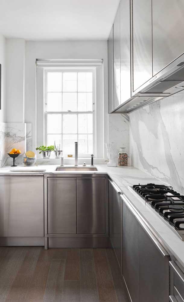 Já aqui, nessa outra cozinha americana, é o branco que se destaca na companhia das peças em inox