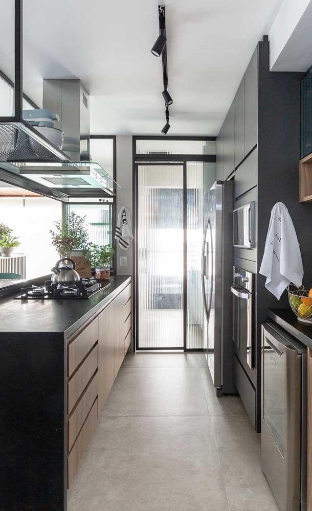 A abertura da porta de vidro também ajuda a dissipar a fumaça e a gordura da cozinha