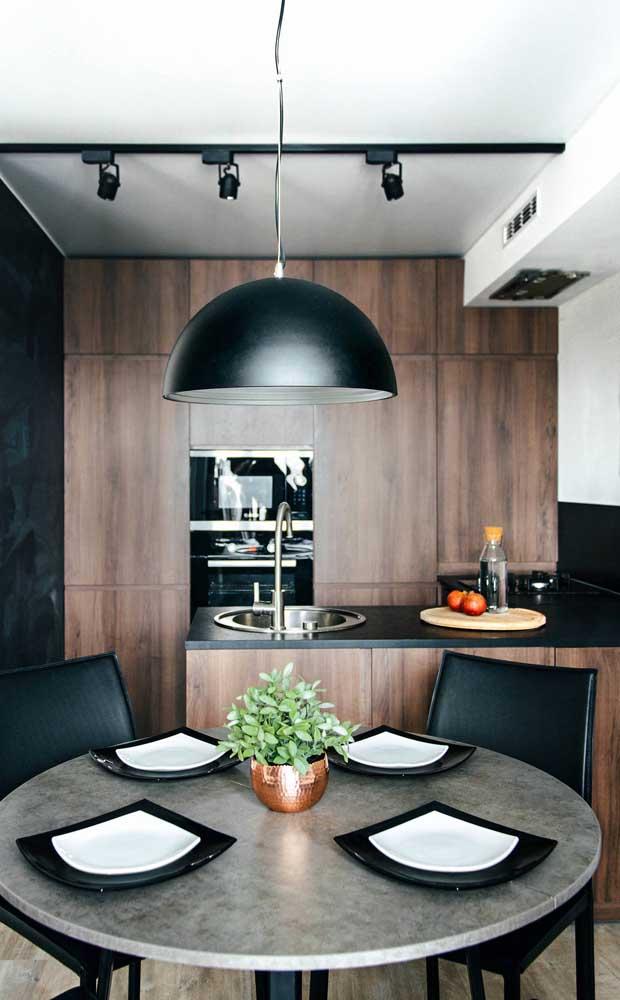 Sofisticação e elegância nessa cozinha americana em tons de preto e madeira