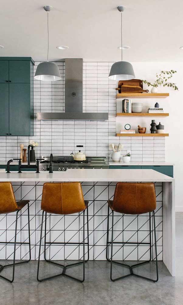 Linda combinação entre o verde e o caramelo nessa cozinha americana com balcão