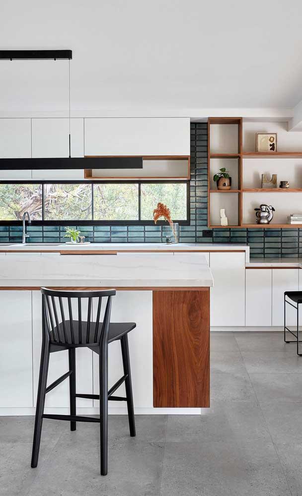Móveis brancos planejados para iluminar a cozinha americana