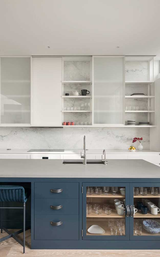As portas de vidro dos armários garantem um charme todo especial à decoração da cozinha americana