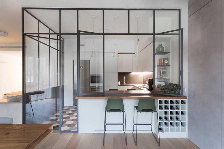 Integrada, mas nem tanto: aqui, a cozinha ganhou paredes de vidro